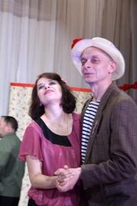Сотрудник играет в театре111
