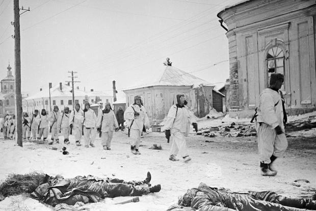 Советские солдаты на освобожденных улицах Калинина